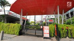 Suasana gerbang gedung perkantotan yang tutup di jalan Thamrin, Jakarta, Rabu (22/5).Akibat aksi 22 mei membuat perkantoran di kawasan tersebut terpaksa ditutup dan para karyawan diliburkan. (Liputan6.com/Angga Yuniar)