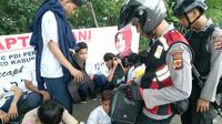 Polres Bogor berpatroli sepanjang Jalan Raya Bogor dan sekitarnya pasca-tawuran antarpelajar sekolah menengah kejuruan (SMK) di Citeureup, Kabupaten Bogor, Jawa Barat, Selasa (2/1/2018). (dok. Polres Bogor).