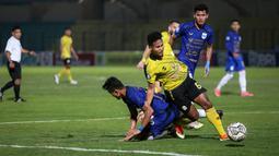 Pemain Barito Putera, Amiruddin Bagas Kaffa (kanan) berusaha melewati penjagaan pemain PSIS Semarang dalam laga pekan ke-8 BRI Liga 1 2021/2022 di Stadion Sultan Agung, Bantul, Rabu (20/10/2021). (Bola.com/Bagaskara Lazuardi)
