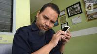 Kepala Sekolah Ade Ismail mengajar secara online di sekolah tunanetra Yayasan Raudlatul Makfufin, Buaran, Serpong, Tangerang Selatan, Banten, Senin (10/8/2020). Keterbatasan kuota internet membuat para guru membatasi waktu belajar yang berlangsung sejak pandemi COVID-19. (merdeka.com/Dwi Narwoko)