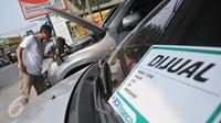 Penjual dan calon pembeli tengah mengecek kondisi mobil di showroom penjualan mobil bekas di kawasan Depok, Rabu (1/7/2015). Menjelang Lebaran, tingkat penjualan mobil bekas hanya meningkat sekitar 10-15%. (Liputan6.com/Herman Zakharia)