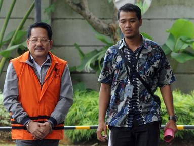 Pemilik PT Jasa Promix Nusantara dan PT Secilia Putri, Sibron Azis (kiri) tiba di Gedung KPK, Jakarta, Senin (18/3). Sibron Azis diperiksa terkait dugaan suap terhadap Bupati Mesuji Khamami. (merdeka.com/Dwi Narwoko)