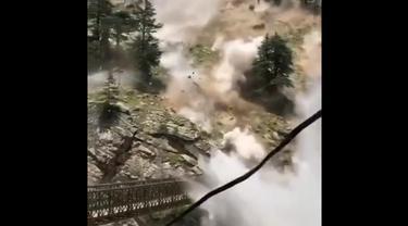 Longsor di Himachal Pradesh, India. Turis tewas terhantam batu.