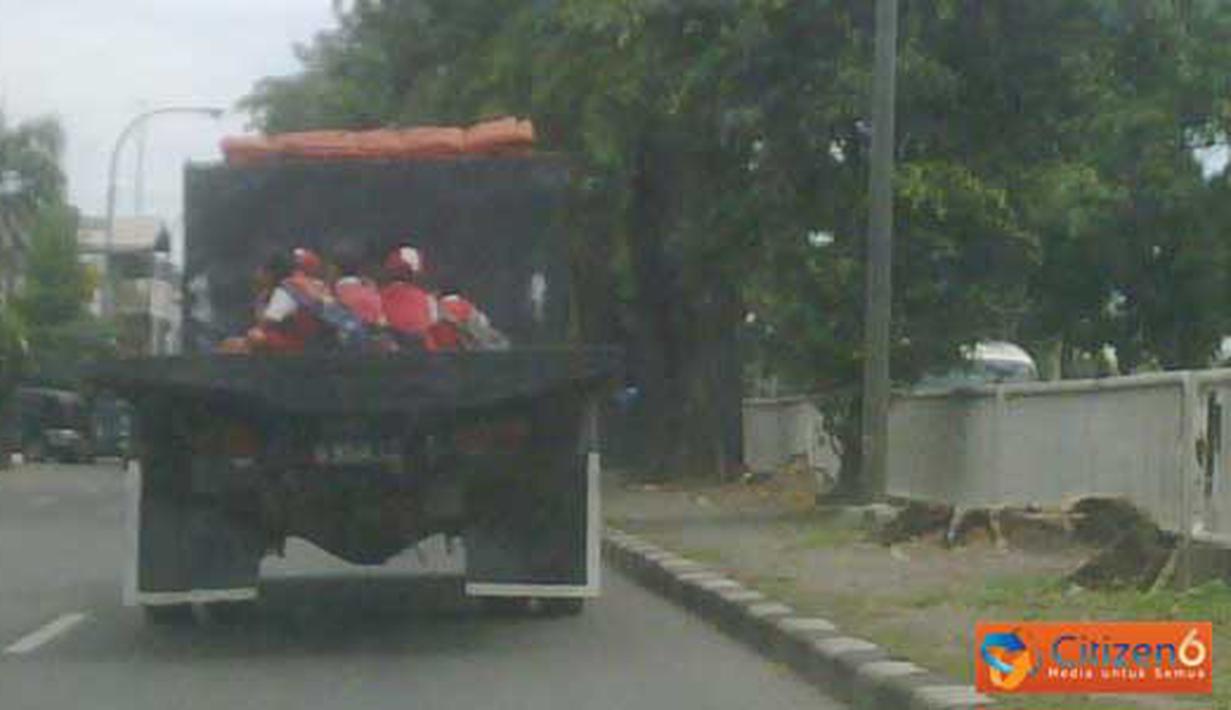 Anak-anak Sekolah Dasar (SD) naik mobil truk terbuka di Jalan Bekasi Timur, tepatnya depan penjara Cipinang. (Pengirim : Untung)