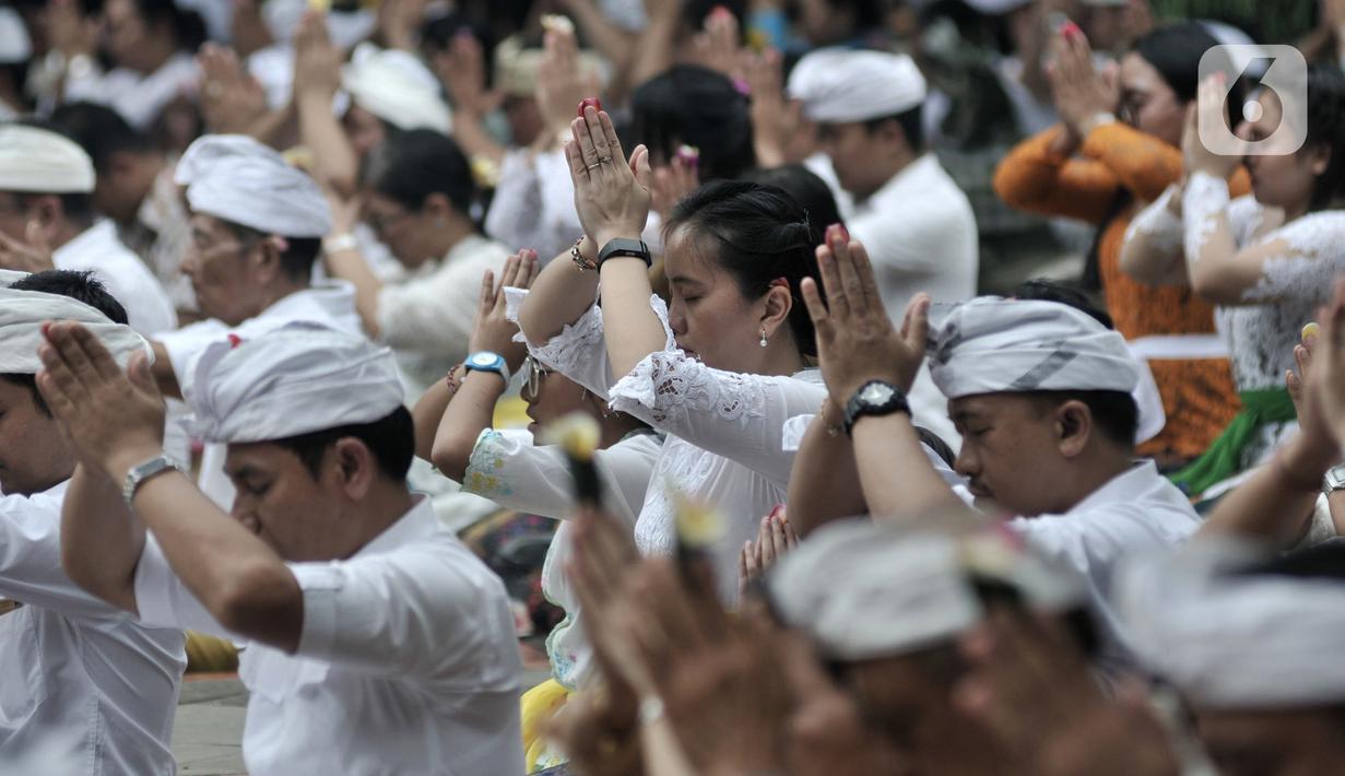Umat Hindu menggelar persembahyangan Hari Raya Galungan di Pura Aditya Jaya, Rawamangun, Jakarta, Rabu (19/2/2020). Hari Raya Galungan yang dirayakan umat Hindu setiap 210 hari itu merupakan perayaan kemenangan Dharma atau kebenaran melawan Adharma atau kejahatan. (merdeka.com/Iqbal S Nugroho)