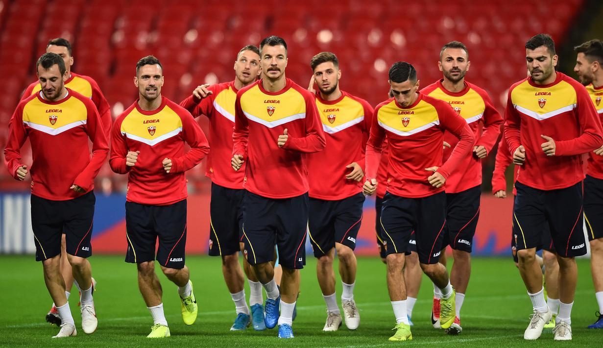 Para pemain Montenegro melakukan pemanasan saat mengikuti sesi latihan tim di Stadion Wembley, London (13/11/2019). Montenegro akan bertanding melawan Inggris pada Grup A Kualifikasi Piala Eropa 2020 di Wembley pada 15 November 2019. (AFP Photo/Glyn Kirk)
