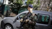 Tentara Prancis bersiaga setelah insiden BMW menabrak sekelompok rekannya. (AP)
