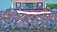 Bendara Merah Putih saat dibentangkan di tribune Stadion Kanjuruhan jelang pertandingan Arema melawan Persebaya (15/8/2019). (Bola.com/Iwan Setiawan)
