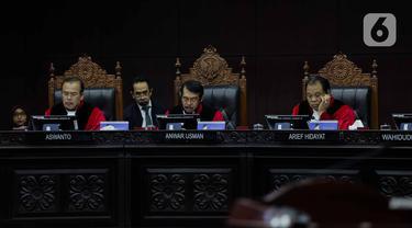Ketua Hakim MK Anwar Usman (tengah) memimpin sidang putusan gugatan aturan umur kepala daerah di UU Pilkada di Mahkamah Konstitusi, Jakarta, Rabu (11/12/2019). MK menolak permohonan politikus PSI terkait batasan umur maju sebagai calon kepala daerah. (Liputan6.com/Faizal Fanani)