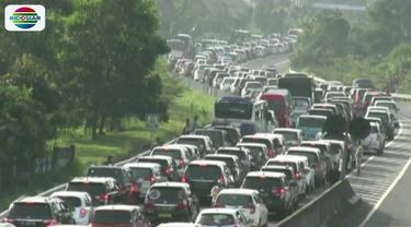 Sepanjang kurang lebih 15 kilometer antrean yang didominasi kendaraan roda empat berplat nomor Jakarta dan juga bus pariwisata terjebak macet hingga beberapa jam.