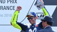 Selebrasi pembalap Movistar Yamaha, Valentino Rossi usai finis ketiga MotoGP Prancis 2018 di Sirkuit Le Mans. (JEAN-FRANCOIS MONIER / AFP)
