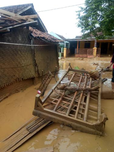 Banjir di Kecamatan Sajira, Banten, menyisakan endapan lumpur setinggi lutut orang dewasa. (dok. Arum Wandar/Adhita Diansyavira)