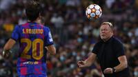 Unggul dua angka membuat Bayern Munchen bermain semakin percaya diri dan menguasai jalannya pertandingan. Hal tersebut membuat pelatih Barca, Koeman (kanan) membuat pergantian pemain untuk merespon perkembangan permainan. (Foto: AP/Joan Monfort)