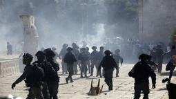 Suasana bentrokan antara Polisi Israel dan jemaah muslim Palestina di kompleks masjid al-Aqsa di Yerusalem (11/8/2019). Ketegangan terjadi saat dua keyakinan, Islam dan Yahudi sama-sama sedang melakukan perayaan hari besar di komplek The Dome of the Rock. (AP Photo/Mahmoud Illean)