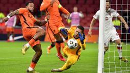 Penyerang Belanda, Memphis Depay, berusaha mencetak gol ke gawang Polandia pada laga UEFA Nations League di Stadion Johan Cruijff Arena, Amsterdam, Sabtu (5/9/2020) dini hari WIB. Belandang menang 1-0 atas Polandia. (AFP/John Thys)