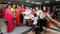 Beberapa tamu berfoto bersama usai perayaan Tahun Baru Imlek 2567 di Jakarta, Kamis (18/2/2016). Madame Xie Feng (istri duta besar Cina untuk Indonesia) mengadakan pesta perayaan Imlek di Jakarta. (Liputan6.com/Helmi Fithriansyah)