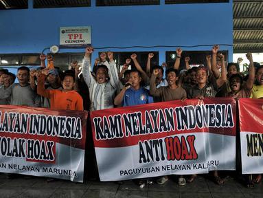 Sejumlah nelayan membentangkan spanduk saat deklarasi menolak hoax di Pelabuhan Cilincing, Jakarta Utara, Kamis (15/3). Puluhan nelayan Cilincing mendeklarasikan dukungan terhadap Polri dalam memberantas hoax. (Merdeka.com/Iqbal S. Nugroho)