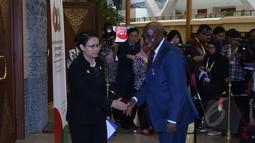 Menlu Retno Marsudi (kiri) bersalaman dengan Menlu Burkina Faso, Djibrill Yipene Bassole usai pertemuan bilateral kedua negara dalam rangkaian KTT Asia-Afrika di JCC, Selasa (21/4/2015). (Liputan6.com/Herman Zakharia)