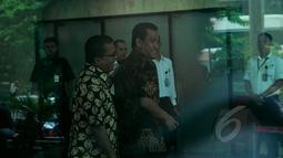 Mantan Wamenkumham, Denny Indrayana bersama Refly Harun (kanan) mendatangi Gedung KPK, Jakarta, Selasa (17/2/2015). Kedatangan mereka untuk membahas berbagai persoalan yang kini dihadapi KPK bersama pimpinan KPK. (Liputan6.com/Faisal R Syam)