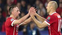 Gelandang Bayern Munchen, Franck Ribery dan Arjen Robben, merayakan gol ke gawang Sevilla pada laga leg pertama perempat final Liga Champions, Selasa (3/4/2018). (AFP/JORGE GUERRERO)