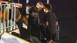 Usai dikabarkan hubungan mereka kandas, Kendall Jenner tertangkap kamera jalan bareng Anwar Hadid. (Entertainment Tonight)