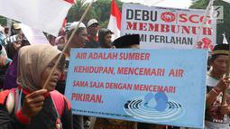 Petani berorasi saat unjuk rasa di depan Istana Negara, Jakarta, Kamis (11/12). Mereka menuntut pemerintah menghentikan kriminalisasi pejuang lingkungan hidup sebagai bentuk implementasi Pasal 66 UU Nomor 32/20. (Liputan6.com/Immanuel Antonius)