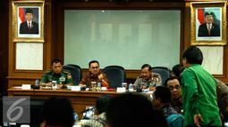 Menteri LHK (ad interim) Sudirman Said (kedua kiri) saat rapat koordinasi Operasi Darurat Asap di Kementerian LHK, Jakarta, Sabtu (5/9/2015). Pemerintah berupaya mengatasi kebakaran hutan dan lahan di Sumatera dan Kalimantan. (Liputan6.com/Yoppy Renato)