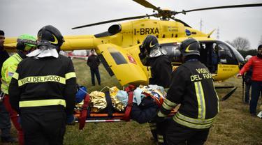 Tim penyelamat mengevakuasi korban dengan helikopter dalam kecelakaan kereta yang terjadi di Stasiun Pioltello Limito, Milan, Italia, Kamis (25/1). Saat kejadian, kereta dalam keadaan penuh sesak oleh penumpang. (AFP PHOTO/Piero CRUCIATTI)
