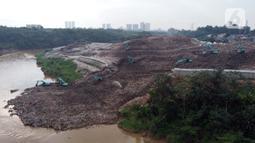 Foto udara memperlihatkan tumpukan sampah dari Tempat Pembuangan Akhir (TPA) Cipeucang masuk ke area Sungai Cisadane, Serpong, Tangerang Selatan, Rabu (3/6/2020). Sebelumnya, pada Jumat (22/5/) lalu turap yang menopang tumpukan sampah di TPA tersebut jebol. (Liputan6.com/Helmi Fithriansyah)