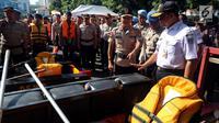 Gubernur DKI Jakarta, Anies Baswedan bersama Kapolda Metro Jaya, Idham Azis mengecek peralatan untuk tanggap banjir pada apel Kesiapan Tanggap Musim Penghujan Tahun 2018-2019 di Polda Metro Jaya, Jumat (16/11). (Liputan6.com/Johan Tallo)