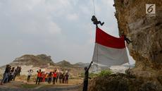 Pegiat alam bebas dan Kelompok Pecinta Lingkungan Gembala mengibarkan bendera merah putih pada HUT ke-74 RI di lokasi bekas tambang Tebing Arpam, Guha Tugu Gula, Klapanunggal, Kabupaten Bogor, Sabtu (17/8/2019). Upacara tersebut sebagai bentuk pelestarian kawasan karts. (merdeka.com/Imam Bukhori)