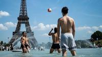 warga Paris mendinginkan badan di kolam di depan Menara Eiffel (AFP Photo)