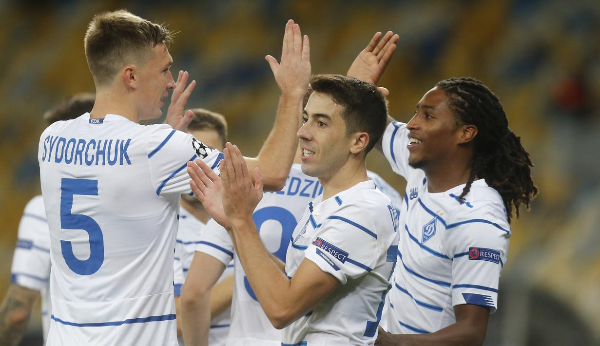 Pemain Dynamo Kyiv merayakan gol yang dicetak Gerson Rodrigues ke gawang Gent pada laga kedua play-off Liga Champions di Stadion Olimpiade Kiev, Rabu (30/9/2020) dini hari WIB. Dynamo Kyiv menang 3-0 atas Gent. (AP Photo/Efrem Lukatsky)