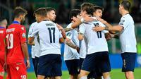 Para pemain timnas Italia merayakan setelah rekan setimnya, Nicolo Zaniolo, mencetak gol kelima untuk timnya ke gawang Armenia pada laga lanjutan Kualifikasi Piala Eropa 2020 di Stadion Renzo Barbera, Palermo, Senin (18/11/2019). Timnas Italia berpesta gol dengan skor telak 9-1. (ANSA via AP)