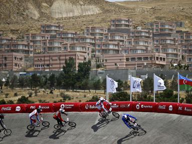 Para atlet BMX sedang berlomba dalam Pesta Olah Raga Eropa 2015 di Baku, Azerbaijan, (26/6). (REUTERS/Kai Pfaffenbach)