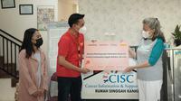 SheHacks 2021 menyalurkan donasi program kolaborasi 'Shop-for-aCause' untuk membantu wanita melawan kanker serviks (Dok Indosat Ooredoo)