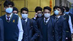 Siswa yang mengenakan masker tiba untuk ujian kenaikan kelas XII di lapangan sekolah di Kathmandu, Nepal, Senin (23/11/2020). Nasib sekitar 450.000 siswa kelas XII digantung akibat COVID-19 saat ujian yang dijadwalkan mulai 20 April ditunda karena lockdown pada 24 Maret lalu. (PRAKASH MATHEMA/AFP)