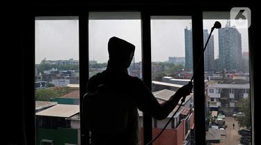 Pekerja menyemprotkan disinfektan di kamar hotel The Green Hotel di Bekasi, Jawa Barat, Kamis (24/9/2020). Dengan menyediakan total 90 kamar di dua lantai hotel ini diharapkan dapat membantu pemerintah dalam mengantisipasi lonjakan pasien Covid-19. (Liputan6.com/Herman Zakharia)