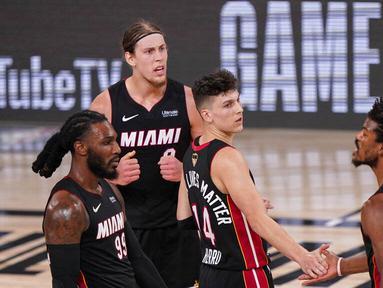 Para pebasket Miami Heat merayakan kemenangan atas Los Angeles Lakers pada laga Gim ketiga Final NBA, Senin (5/10/2020). Miami Heat menang dengan skor 115-104. (AP Photo/Mark J. Terrill)