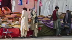 Warga Afghanistan berbelanja buah-buahan kering menjelang Hari Raya Idul Fitri di Herat, Afghanistan, Rabu (20/5/2020). Banyak warga Afghanistan mulai melakukan persiapan untuk menyambut Hari Raya Idul Fitri yang menandai berakhirnya bulan suci Ramadan. (Xinhua/Elaha Sahel)