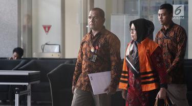 Anggota DPRD Sumatera Utara 2014-2019 Tiaisah Ritonga menggenakan rompi tahanan usai pemeriksaan di KPK, Jakarta, Rabu (11/7). Tiaisah ditahan terkait dugaan penerimaan suap dari mantan Gubernur Sumut Gatot Pujo Nugroho. (Liputan6.com/Herman Zakharia)