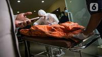 Petugas membawa kantong jenazah korban kebakaran Lapas Kelas I Tangerang usai diturunkan dari ambulans di RS Polri Kramat Jati, Jakarta, Rabu (8/9/2021). Sebanyak 41 warga binaan tewas akibat kebakaran yang terjadi di Blok C 2 Lapas Kelas I Tangerang. (Liputan6.com/Faizal Fanani)