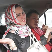 Vicky Prasetyo dan Angel Lelga menaiki mobil usai mengisi acara di kawasan Tendean, Jakarta, Selasa (9/1). Wanita mengaku istri siri  Vicky, Roihanah Azizah Fitri Octavia menyebut Angel perebut laki orang (pelakor).  (Liputan6.com/Herman Zakharia)