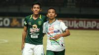 Bek Timnas Indonesia U-19, Firza Andika (PSMS) bertukar jersey dengan Irfan Jaya (Persebaya) di Stadion Gelora Bung Tomo, Rabu (19/7/2018). (Bola.com/Aditya Wany)