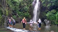 Tak hanya mendaki untuk menaklukkan puncak, pengunjung juga datang untuk menikmati hiburan tradisional di kaki Ciremai. (Liputan6.com/Panji Prayitno)