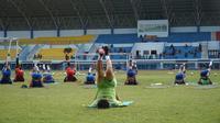 Pelatih fisik Persib Yaya Sunarya memberikan menu latihan di Stadion Arcamanik. (Huyogo Simbolon)