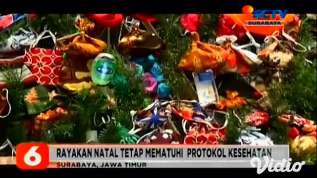 Suasana pandemi ini tidak menyurutkan semangat pengurus Gereja Kristus Raja di Tambaksari, Surabaya. Mereka membuat pohon natal yang dihiasi dengan masker, handsanitizer, dan sabun cuci tangan.