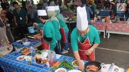 Karyawan Badan Pengkajian dan Penerapan Teknologi (BPPT) beradu cepat saat lomba masak di Puspitek, Setu, Tangerang Selatan, Kamis (24/1). Lomba ini menggunakan bahan baku beras sagu, tepung cassava instan dan ikan nilla. (Merdeka.com/Arie Basuki)