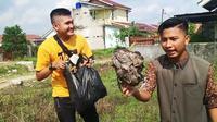 Youtuber Palembang Edo Putra dan rekannya saat merekam aktivitas mengumpulkan sampah (Dok. Youtube Edo Putra Official / Nefri Inge)