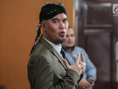 Gaya terdakwa Ahmad Dhani usai menjalani sidang lanjutan atas kasus ujaran kebencian di Pengadilan Negeri Jakarta Selatan, Senin (19/11). Sidang beragendakan pembacaan tuntutan jaksa penuntut umum (JPU). (Liputan6.com/Faizal Fanani)
